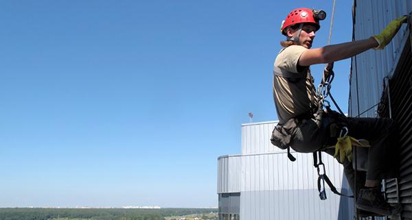 Промышленный альпинист на высотных работах