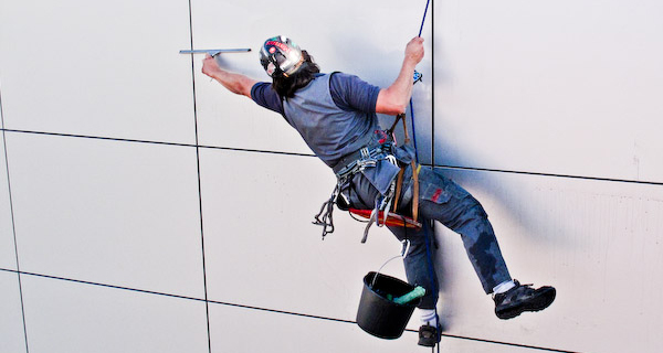 Альпинист на высотных работах