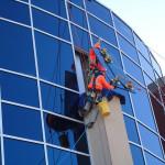 Монтаж стеклопакетов на высоте промышленными альпинистами