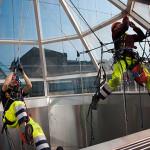 Обеспыливание металлоконструкций в цехах промышленным альпинистом