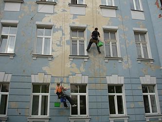 Отделка фасада здания промышленными альпинистами